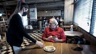 Ofrecen descuentos para adultos mayores en locales gastronómicos de CABA