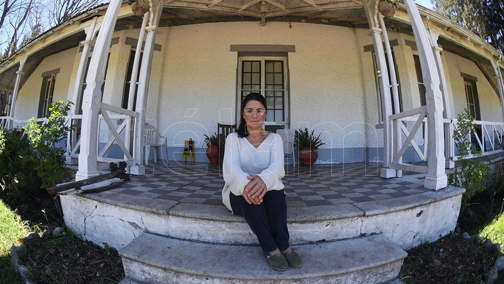 Dolores Etchevehere, en el pórtico de Casa Nueva, que reclama como propio.
