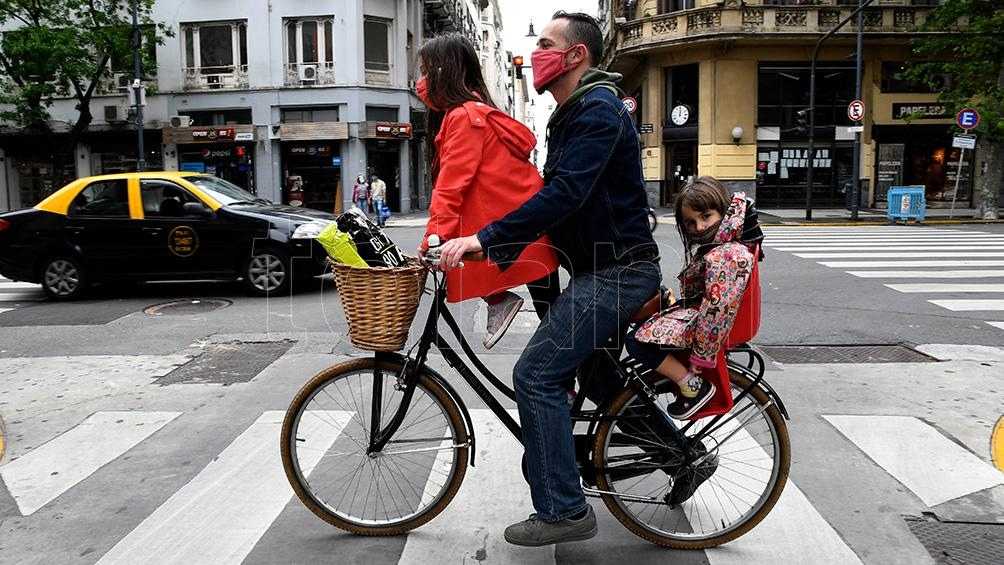 Las limitaciones en el transporte público generaron un auge de ciclistas sobre todo en CABA
