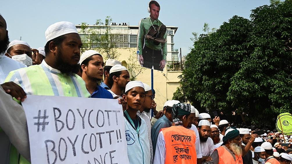 Unos 10.000 miembros de un partido islamista se manifestaron contra Macron en Bangladesh.