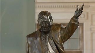 La estatua de Néstor Kirchner, retirada de la sede de la Unasur en Quito, fue instalada en el CCK.