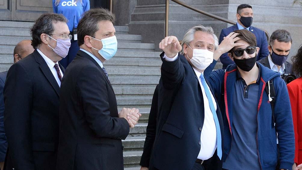 Fernández estuvo acompañado por funcionarios y diferentes.