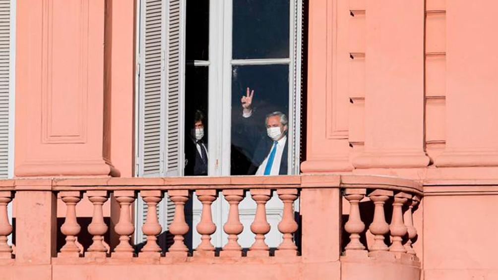 El Presidente salió a saludar a militantes reunidos en la Plaza de Mayo