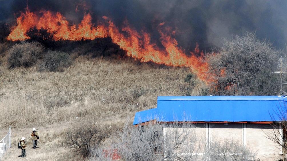 En el lugar trabajan 25 efectivos de bomberos, además de aviones hidrantes, precisó el Gobierno provincial.