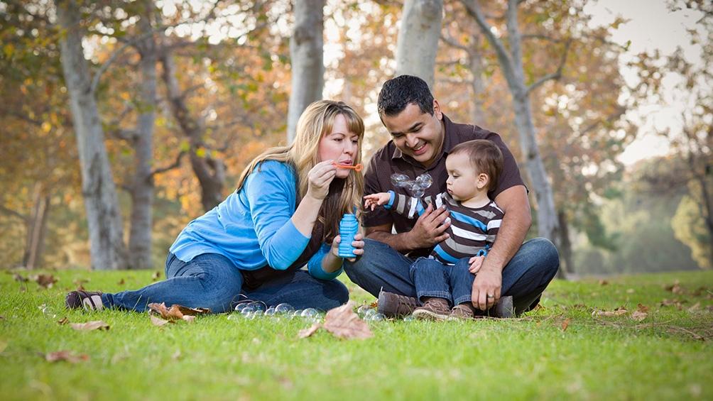 Los requisitos para los padres e hijos establecidos por la Anses son: ser argentinos, residir en el país y tener DNI. Si se trata de extranjeros o naturalizados deben al menos tener tres años de residencia y DNI.