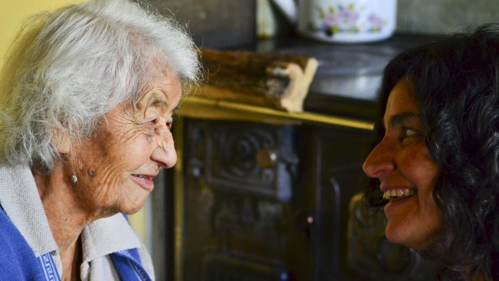 Laura junto a Audolía Turra, pionera de El Manso. Durante una década, sus padres fueron los únicos habitantes de ese valle. Audolía vivió 100 años, siempre en El Manso.