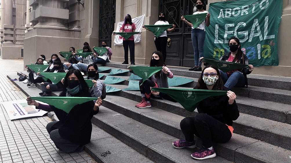"""Mujeres de todo el país realizaron una """"sentada"""" el miércoles pasado para reclamar a los legisladores y legisladoras nacionales el tratamiento urgente del proyecto."""