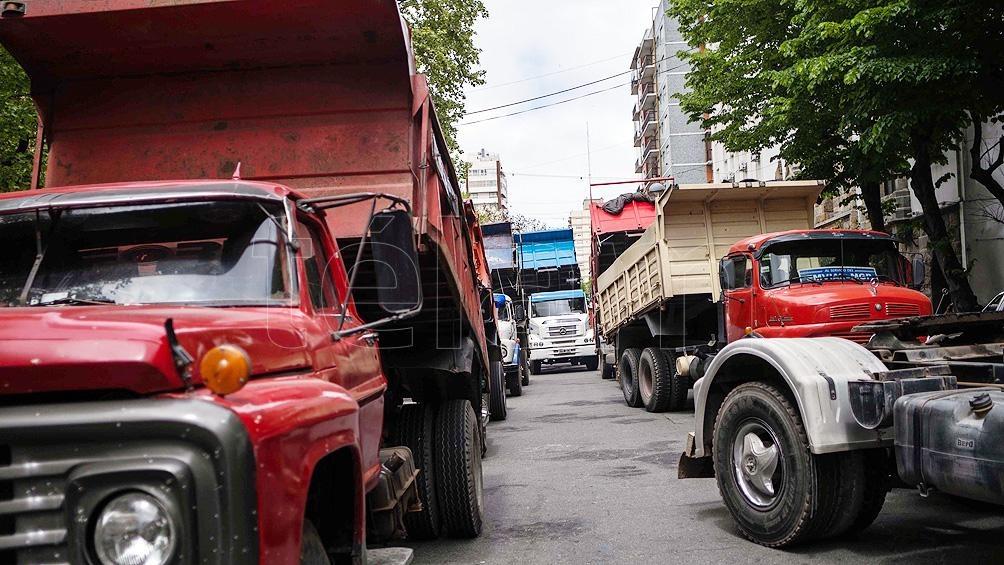 Allegados a Vieytes se movilizaron con camiones frente a la sede del municipio para reclamar justicia por el hecho