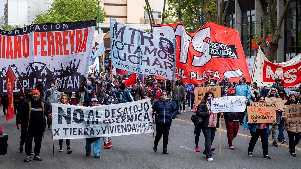 Integrantes en Mar del Plata del PO, Barrios de Pie y los Movimientos Teresa Rodriguez (MTR) y Social de los Trabajadores (MST) realizan desde las 8 un corte total de la ruta 88