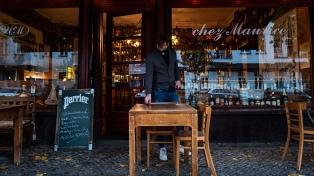 Francia evalúa reabrir los comercios pero mantendría los bares y restaurantes cerrados