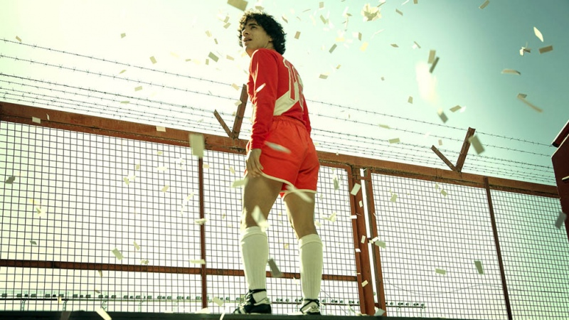 """En el cumpleaños 60 de Maradona, difunden imágenes de sus """"dobles"""" en la serie sobre su vida"""