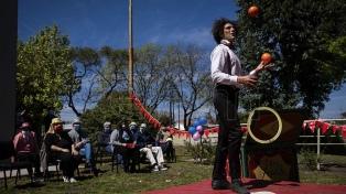 Artistas circenses se preparan para trabajar en la temporada de verano
