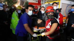 Aumentan a 27 los muertos y a un centenar los rescatados en el terremoto del Mar Egeo