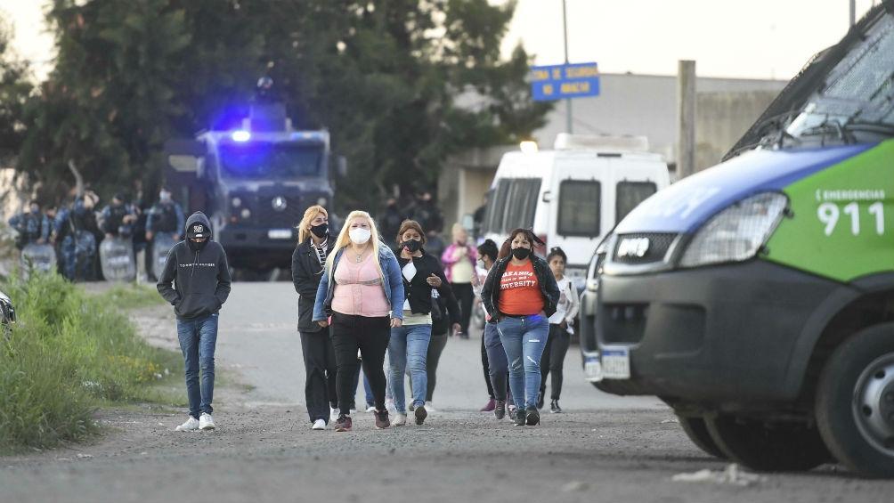 Familiares acercándose al penal de San Martín