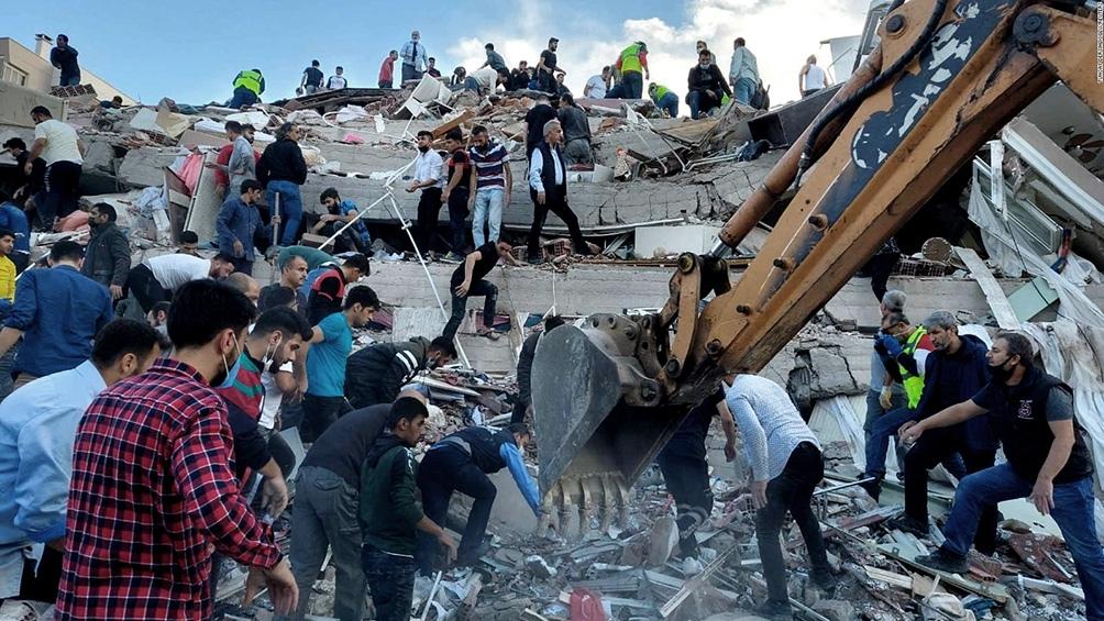 Los equipos de rescate buscan sobrevivientes entre los escombros.