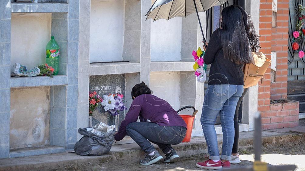 En el Día de los Fieles Difuntos, los jujeños se dirigen al cementerio, para colocar flores en las tumbas de sus muertos.