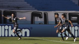 Atlético Tucumán le gana sobre el final a Arsenal y lidera la Zona 1
