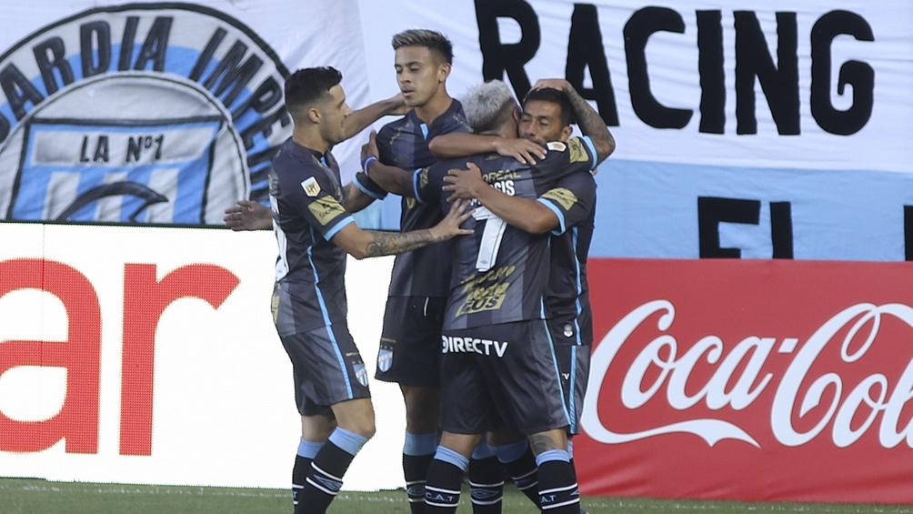 Guillermo Acosta en el centro del festejo del ercer gol de Atlético Tucumán.