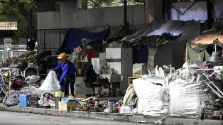 Un censo muestra que un centenar de personas viven la pandemia debajo de la Autopista 25 de Mayo