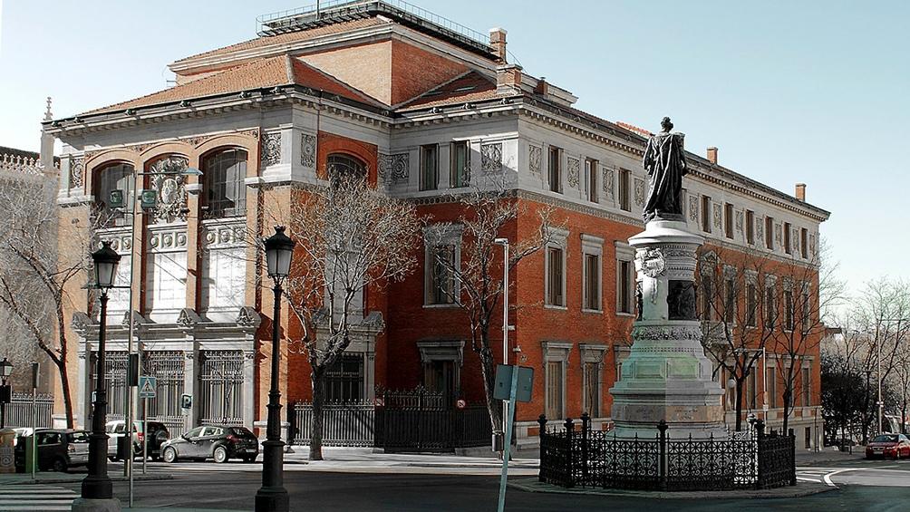 La actual sede académica de la RAE se hizo sobre un solar cedido por la Corona a la corporación para tal fin.
