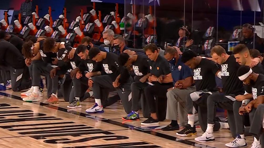 Black Lives Matter, la leyenda que los jugadores exhiben mientras plantan un rodilla en el piso durante el himno.