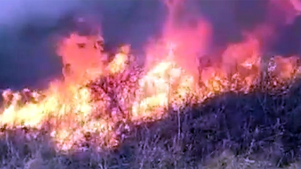 El incendio se desata 15 kilómetros al este de la Quebrada de las Higueritas, en un relieve de muy difícil acceso