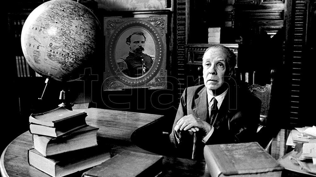Borges posa junto al retrato de su abuelo Francisco, el militar que fusiló a Acosta.