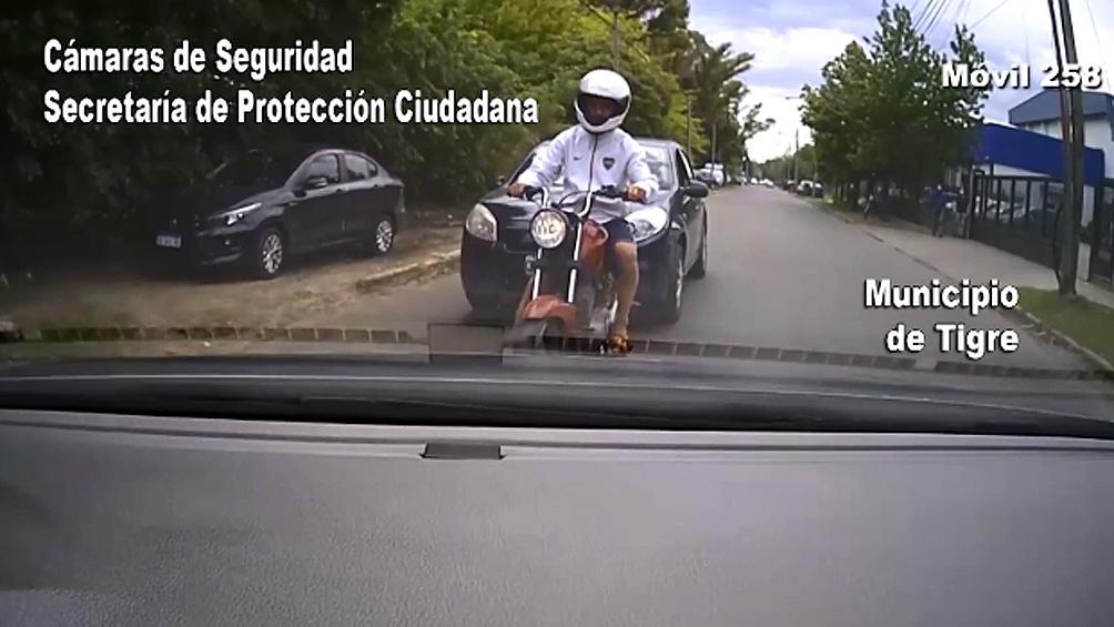 Los agentes dieron la voz de alto pero el motociclista los evadió e inició una fuga a gran velocidad.