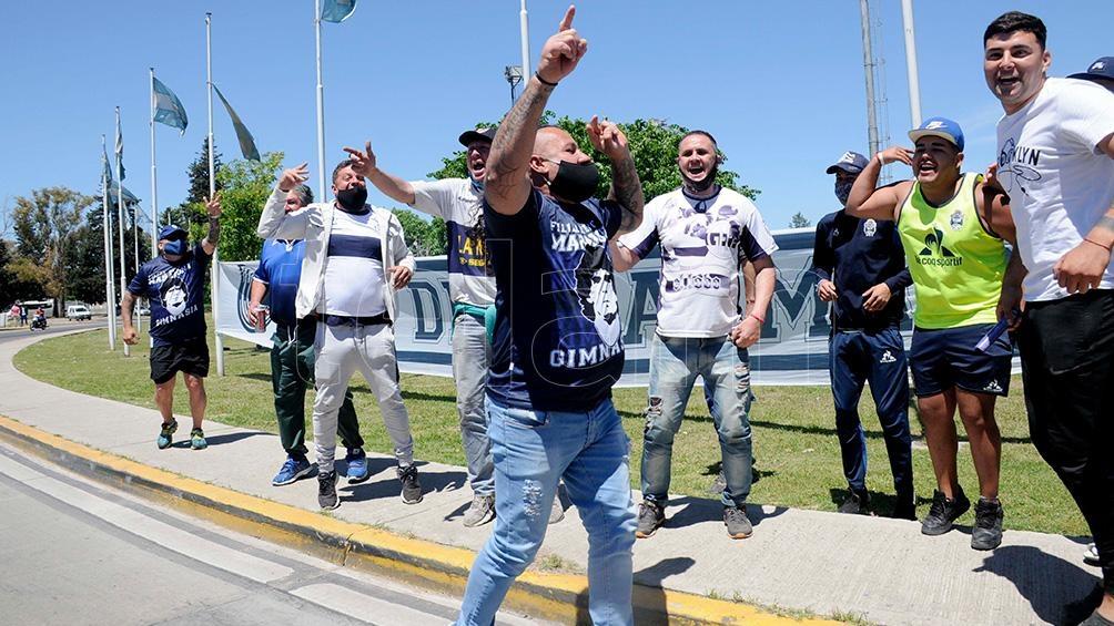 Desde La Plata los hinchas llegaron con todo el apoyo para Diego.