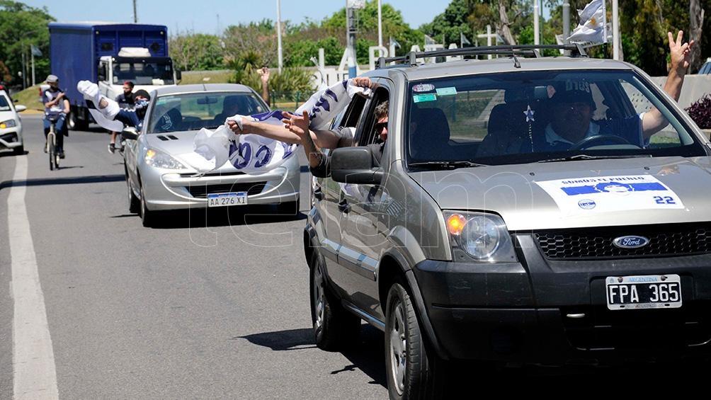 Bocinazos y cánticos a lo largo dle camino hasta Olivos.
