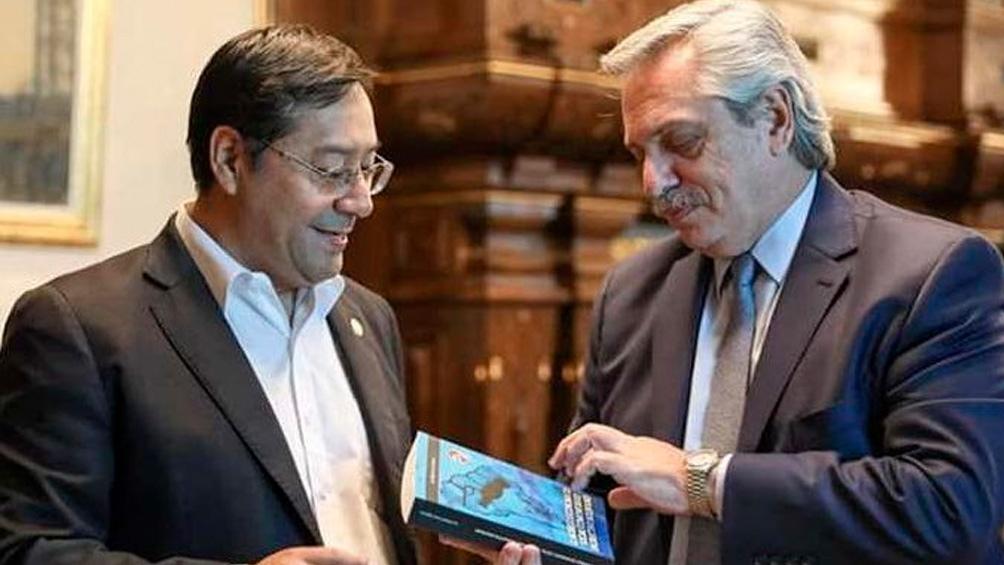 Luis Arce se reunió con Alberto Fernández en febrero y le regaló su libro sobre el modleo productivo comunitario.