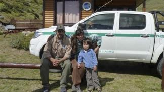 En la seccional Moyano (Santa Cruz), con su esposa Laura y su hijo mayor Agustín.