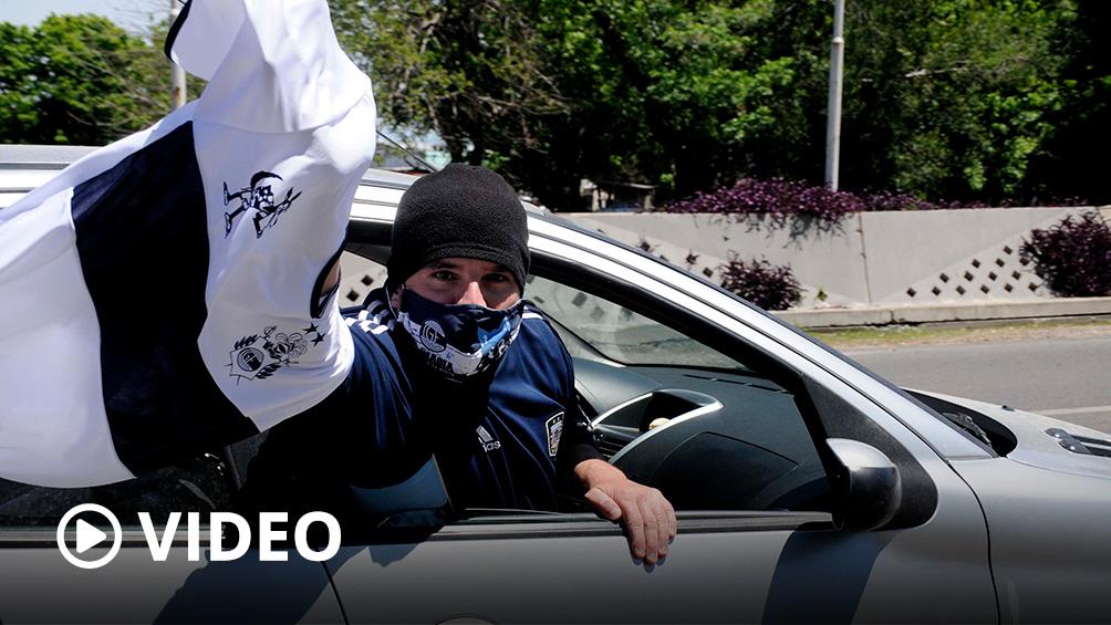 En caravana, los hinchas de Gimnasia llegaron a Olivos para apoyar a Maradona