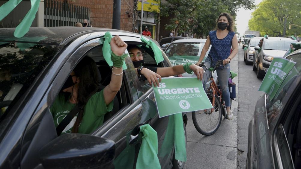 """Organizaciones feministas realizaron este martes una """"Caravana Verde""""."""