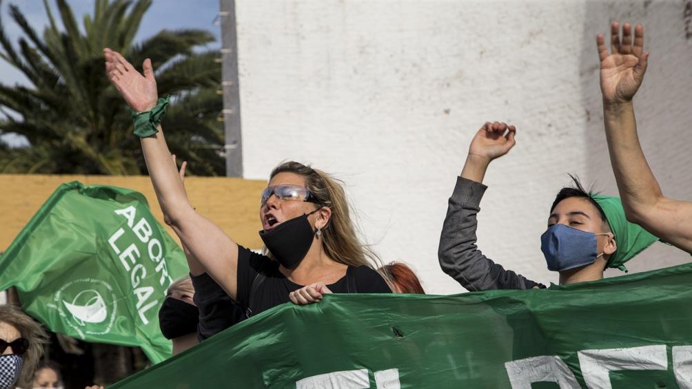 Frente a la Legislatura de Mendoza, integrantes de la Campaña realizaron este mediodía una intervención urbana.