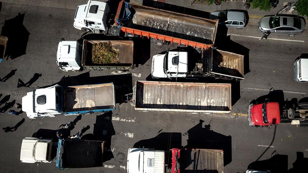 Participaron de la protesta cerca de 30 camiones que tocaron bocina a bordo de sus transportes.