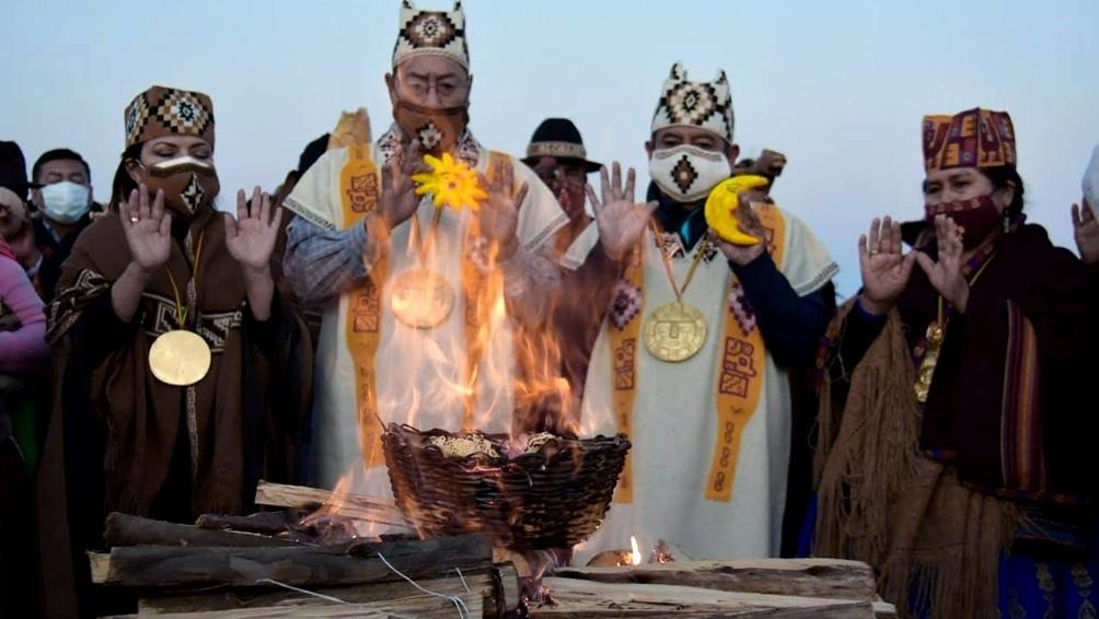 Chamanes aymaras les entregaron bastones de mando simbólicos a Arce y Choquehuanca.