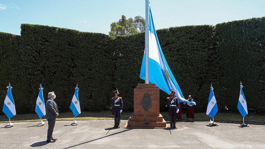 El presidente Alberto Fernández encabezó la conmemoración por el bicentenario del primer izamiento de la bandera nacional en las Malvinas.