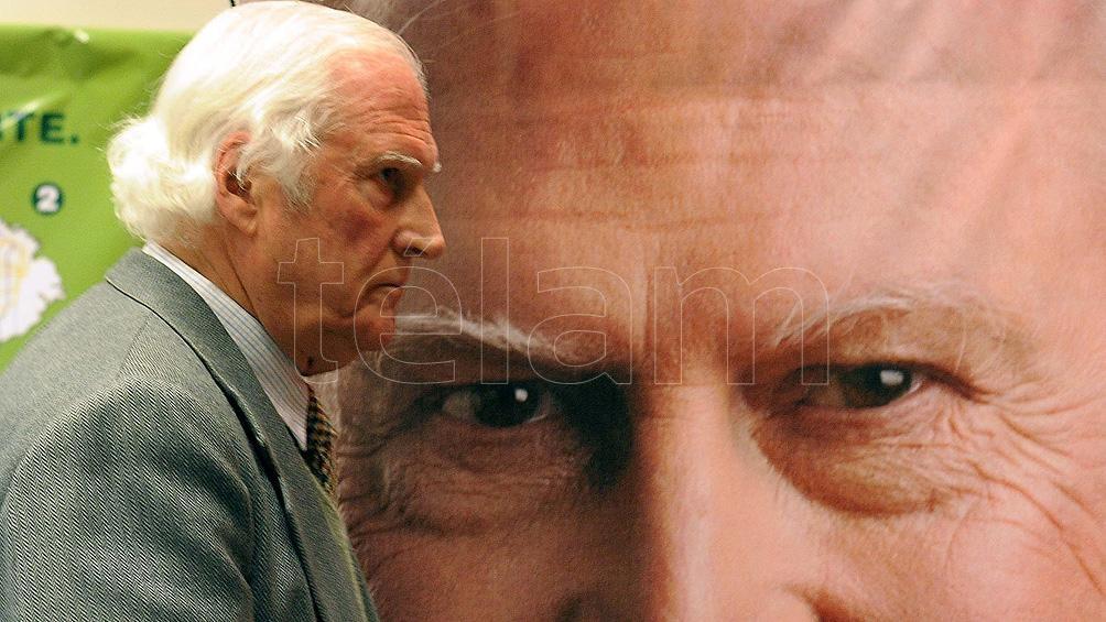 Los comienzos de los 90´ marcan su irrupción de lleno en el mundo de la política, y su voz se alza para criticar al gobierno de Carlos Saúl Menem (1989-1999).