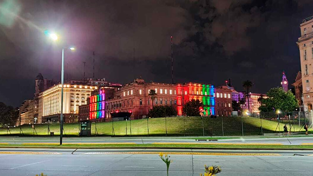 La Plaza de Mayo, iluminada a tono con el mes del orgullo.