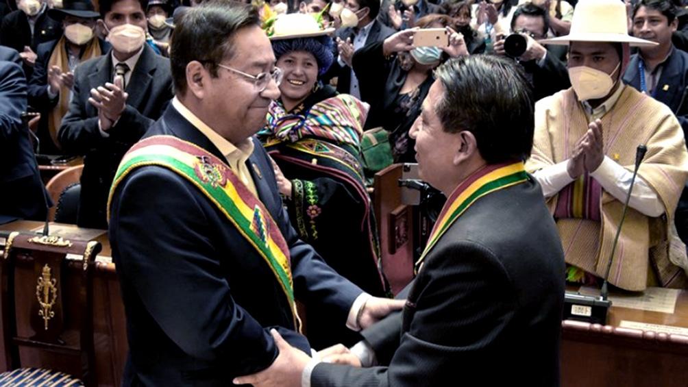 Luis Arce se saluda con su flamante vicepresidente, David Choquehuanca.