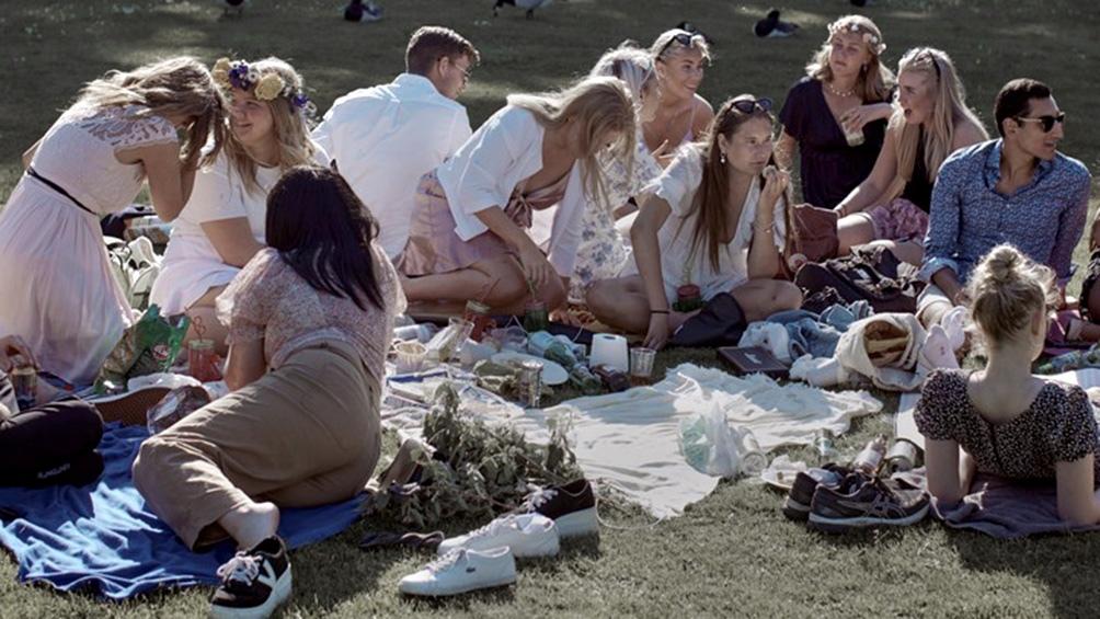 """Quienes participan de reuniones sociales sin barbijo son parte del nuevo término aceptado por la RAE para designar a """"las personas que se niegan a cumplir las normas sanitarias dictadas para evitar el contagio de la covid"""""""