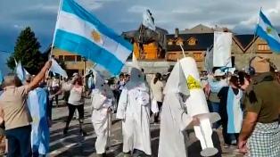 Se vistieron como el Ku Klux Klan y desataron el rechazo en redes
