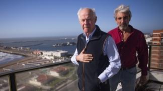 Geoffrey Cardozo junto al excombatiente argentino Julio Aro.