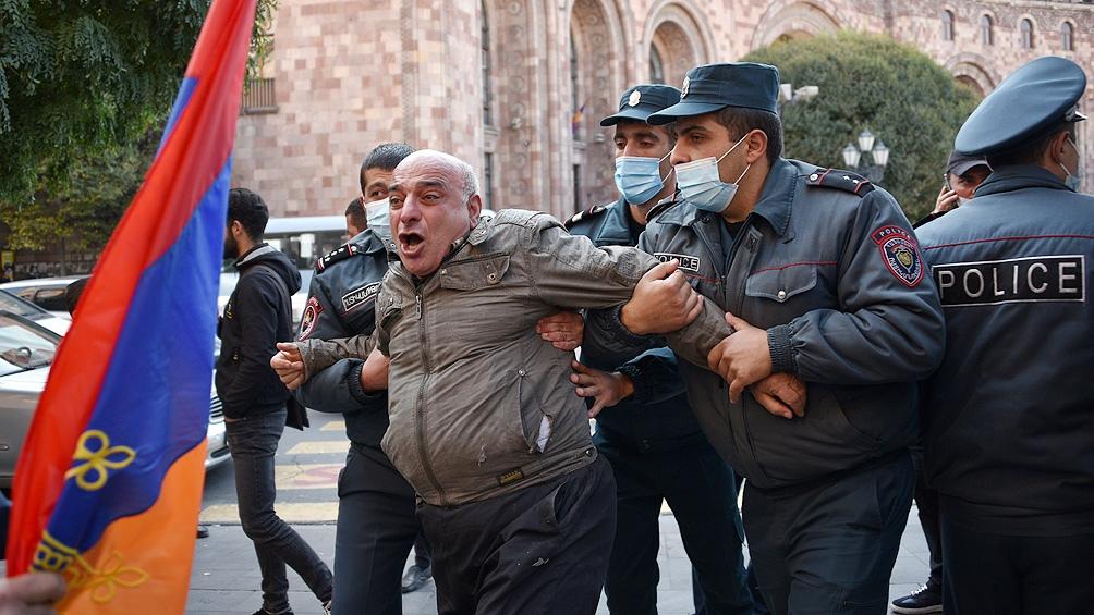 Disturbios y protestas en Armenia, donde piden la renuncia del primer ministro.