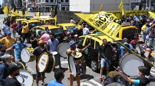 """Taxistas protestan en distintos puntos contra las """"aplicaciones de transporte ilegal"""""""