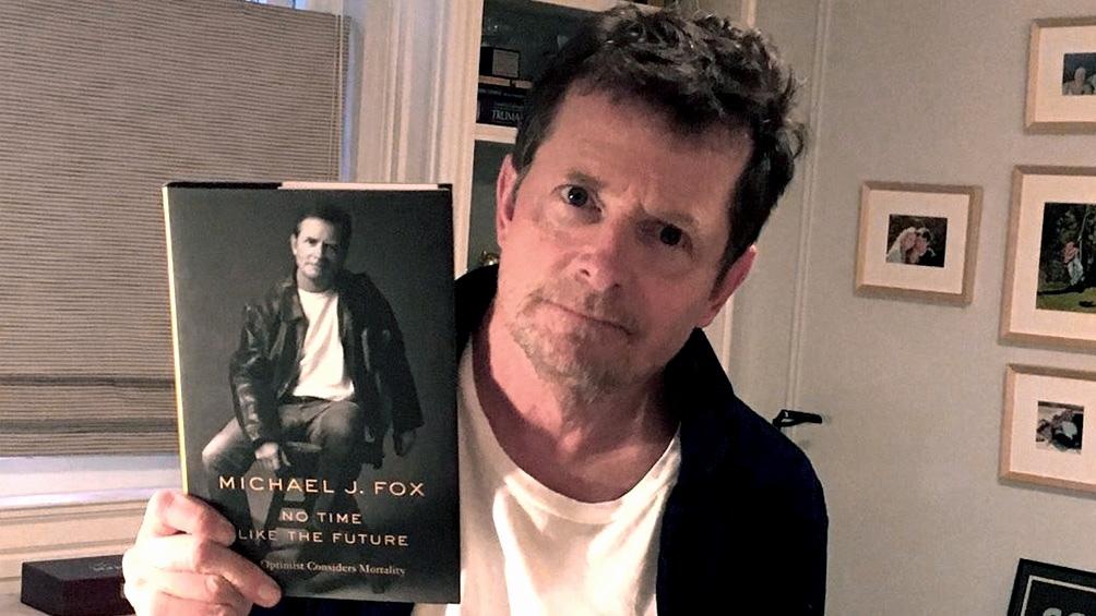 """Fox posa con su libro """"No Time Like the Future"""" (""""No hay tiempo como el futuro"""")"""