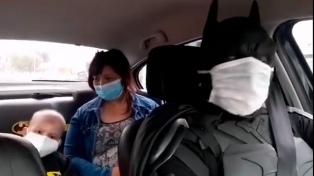 """El """"Batman Solidario"""" de La Plata recibió en su """"Baticueva"""" a un niño en tratamiento médico"""
