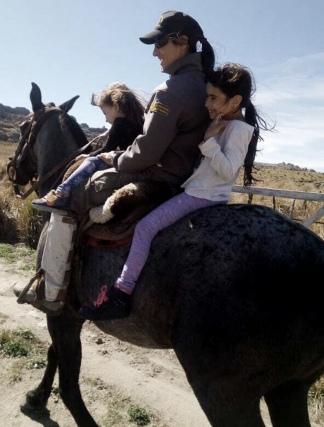 En Córdoba, con sus dos hijas, Iara y Camila.