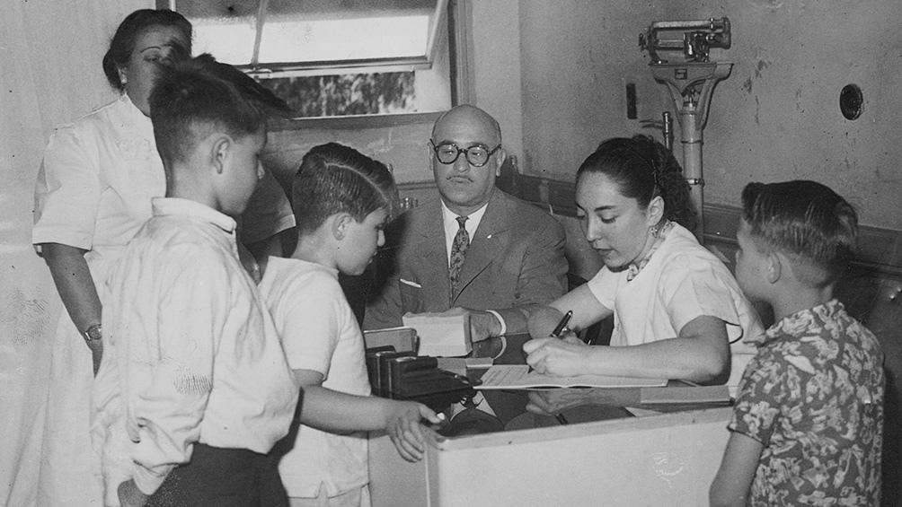 Especialistas en infectología encuentran puntos de contacto entre la carrera para obtener una vacuna contra la Covid-19 y la que llevó a la primera vacuna antipolio en 1955.